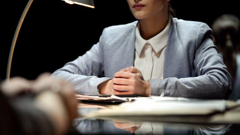 Candidato que se entrevista con serio de la mujer de negocios a la vacante, empleo, trabajo imagenes de archivo