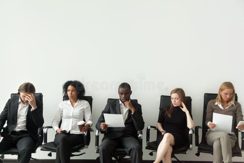 Candidatos de trabajo subrayados nerviosos que se preparan para esperar de la entrevista imagenes de archivo