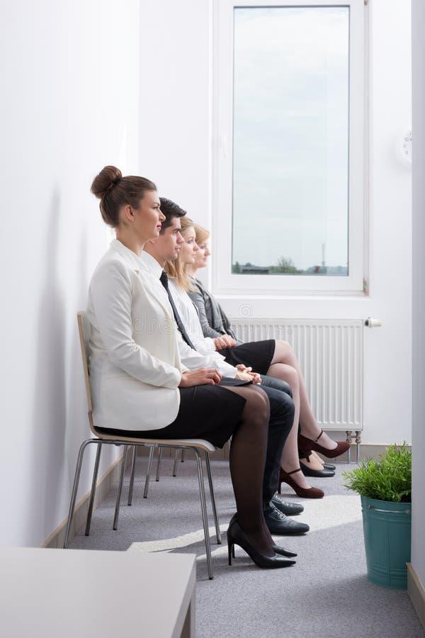 Candidatos que esperam a entrevista de trabalho fotografia de stock