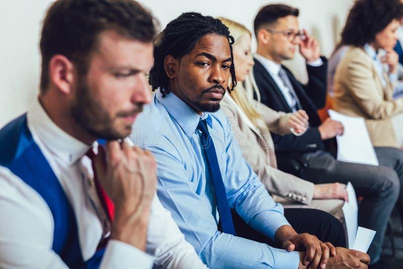 Candidatos que esperam uma entrevista de trabalho Foco seletivo imagem de stock