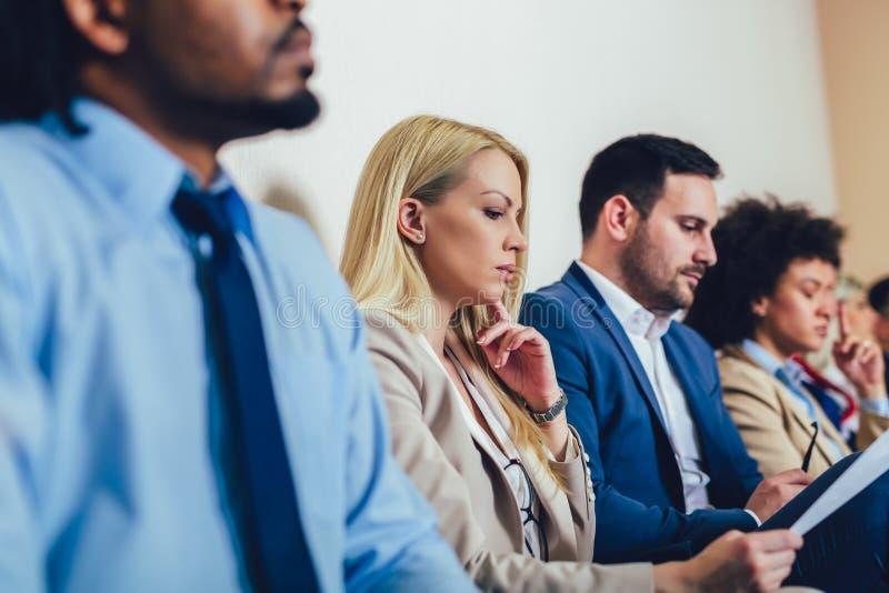 Candidatos que esperam uma entrevista de trabalho Foco seletivo imagem de stock royalty free
