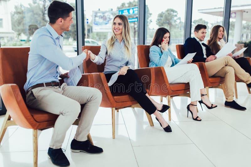 Candidatos que esperam uma entrevista de trabalho fotos de stock royalty free