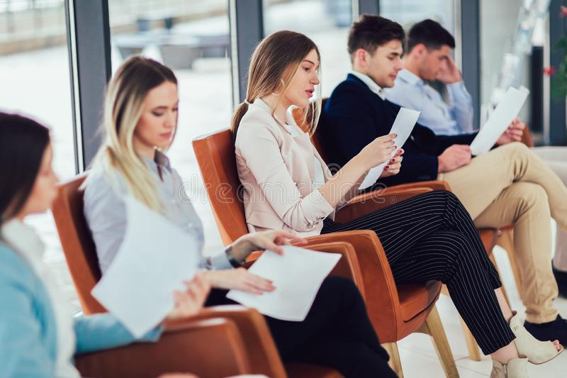 Candidatos que esperam uma entrevista de trabalho imagens de stock royalty free