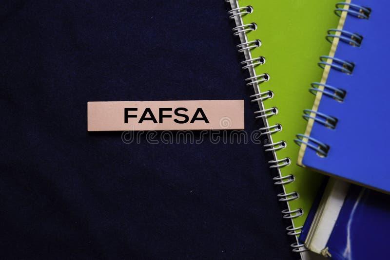 Candidatura Gratuita para o FAFSA (Federal Student Aid) em notas adesivas isoladas no escritório foto de stock