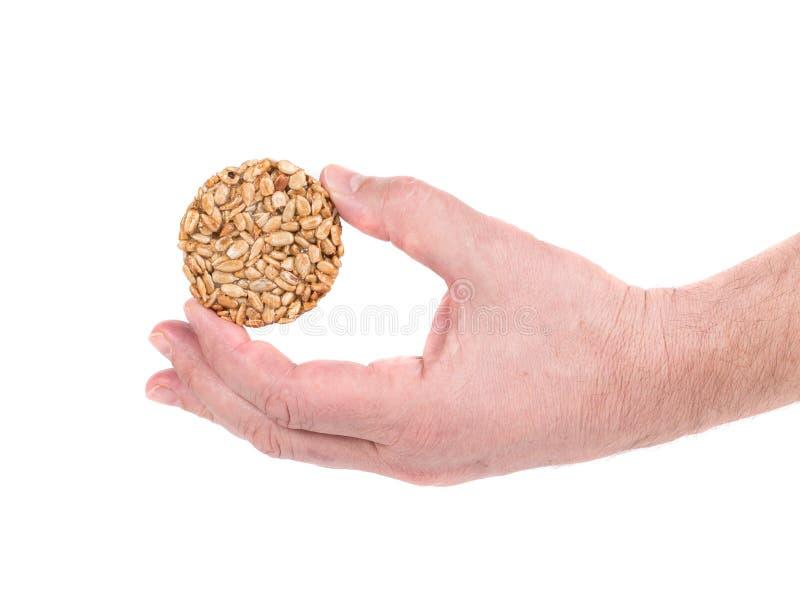 Candied зажаренные в духовке семена арахисов в руке стоковое изображение rf