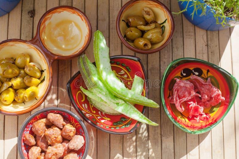 Candied плод, пряные оливки, caramelized миндалины и ароматичные заводы, на открытом воздухе стоковая фотография