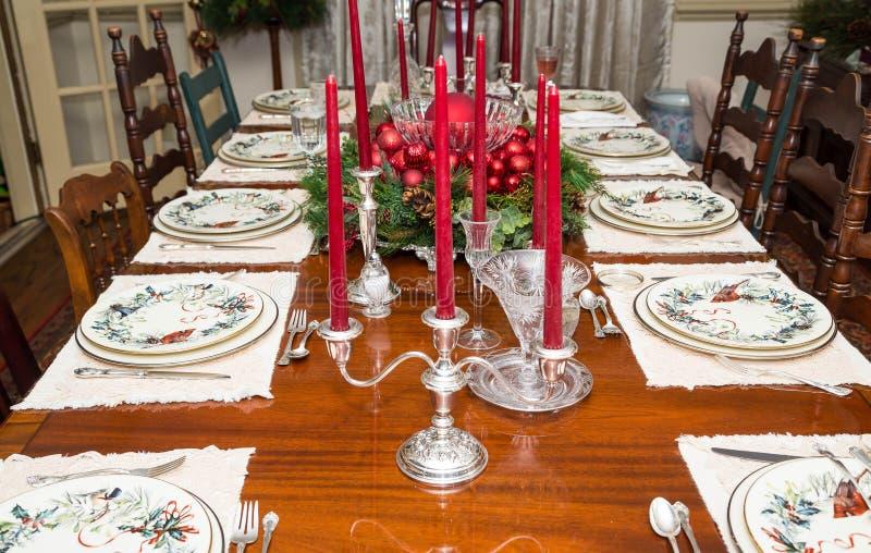 Candleabras de plata en la tabla formal de la Navidad imagen de archivo libre de regalías