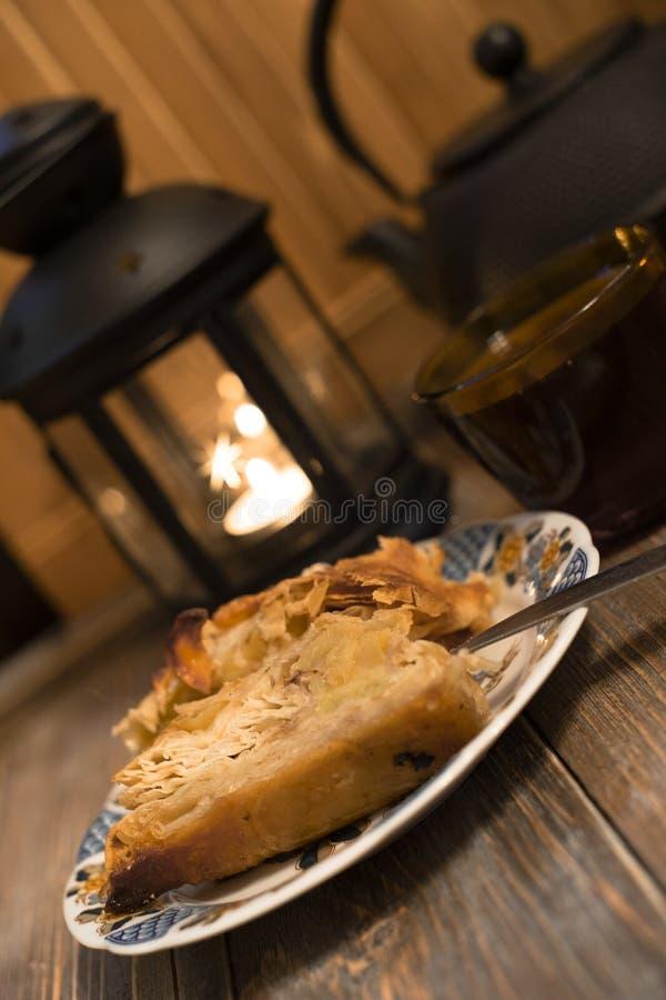 Candlelight-middag Äppelstam och svart te royaltyfria bilder