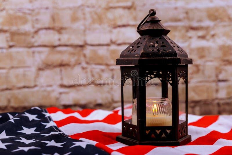 Candles a luz suave contra o dia americano do patriota do Dia da Independência de bandeira nacional imagem de stock royalty free