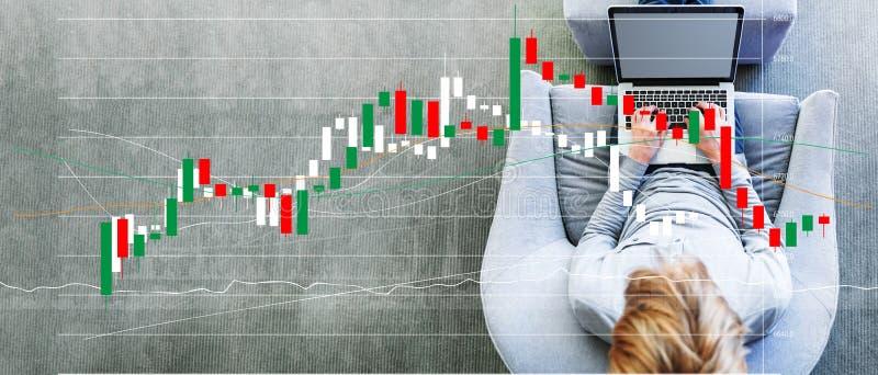 Candlestick mapa z mężczyzną używa laptop obrazy stock