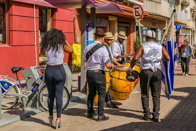 Candombe grupp på det traditionella Ciudad Vieja området, Montevideo, Uruguay fotografering för bildbyråer