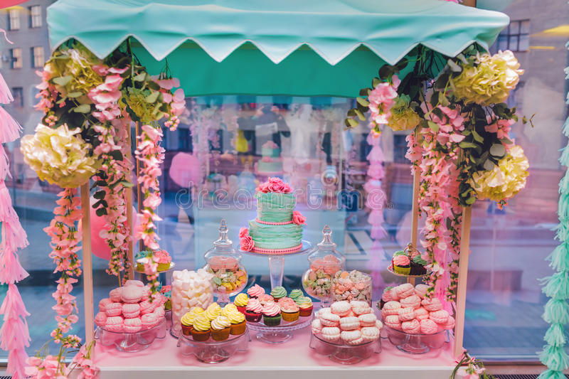 Candy Antivari Buffet dolce delizioso con i bigné e la torta nunziale Buffet dolce di festa con le caramelle gommosa e molle ed a immagini stock libere da diritti