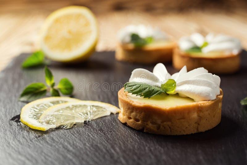 Candy Antivari Buffet dolce delizioso con i bigné Festa dolce b fotografie stock libere da diritti
