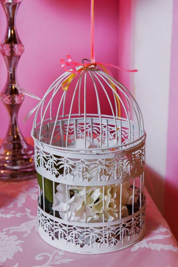 Candy Antivari Decorato alla moda con il globulo bianco, decorato con i colori vibranti luminosi delle rose gabbia fotografie stock libere da diritti