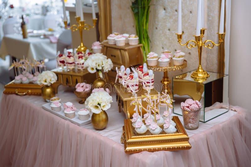 Candy Antivari Tabella con i dolci, buffet con i bigné, caramelle, dessert immagini stock