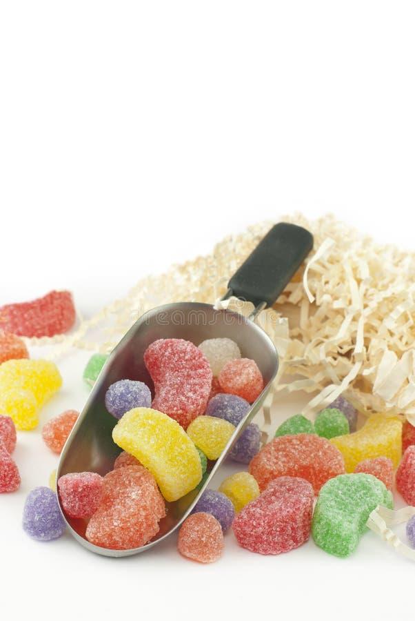 Candy assortito in un mestolo su bianco fotografia stock