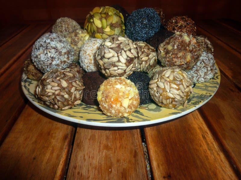 Candy dei frutti e dei dadi secchi Cibo sano alimento crudo su una tavola di legno fotografie stock