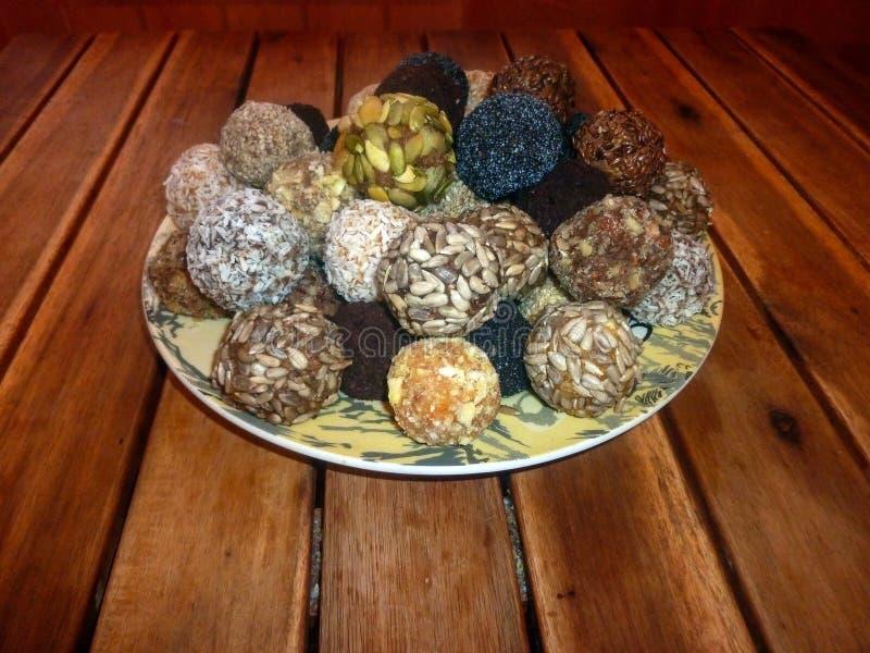 Candy dei frutti e dei dadi secchi Cibo sano alimento crudo su una tavola di legno immagine stock