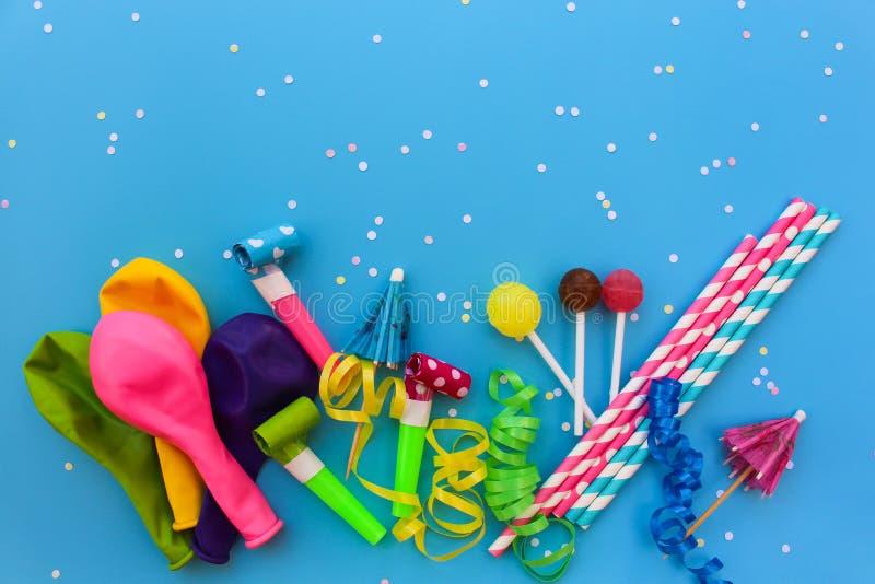 Candy, fischi, fiamme, palloni sulla tavola di festa Concetto della festa di compleanno del ` s dei bambini fotografia stock libera da diritti