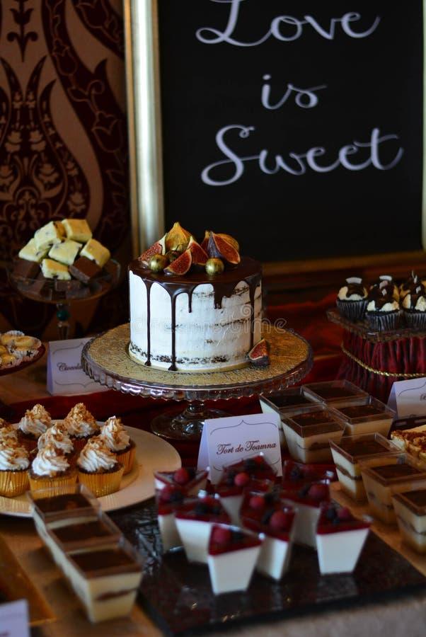 Candybar choklad och autumkaka arkivfoton