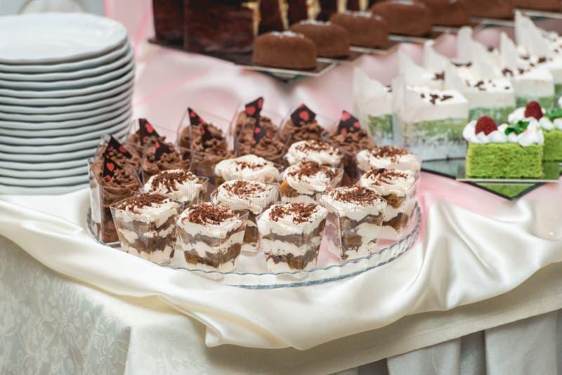 Candybar i en restaurang Dekorerad vit tabelldumbom av söt bakelse royaltyfria foton