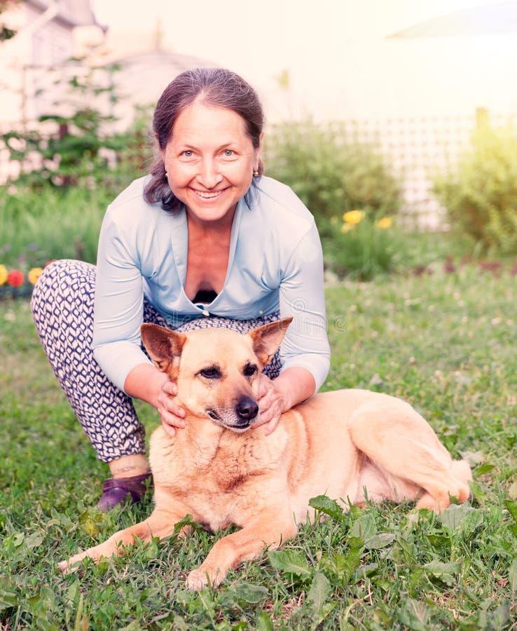 Cane con il proprietario che cammina in natura fotografia stock libera da diritti