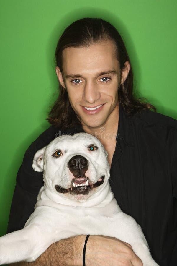 Cane della holding dell'uomo. fotografie stock libere da diritti