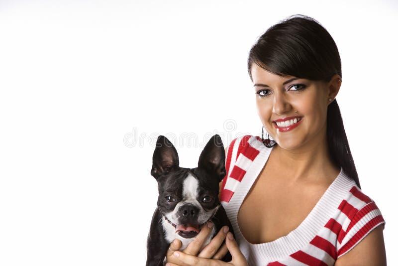 Cane della holding della giovane donna. fotografia stock