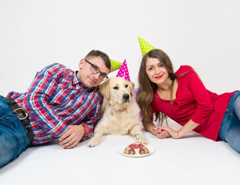Cane di buon compleanno con la gente su bianco immagine stock