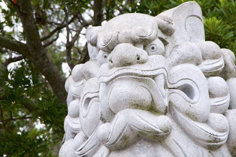 Cane-leone enorme di Komainu come il santuario di Izanagi della statua della pietra del guardiano sull'isola di Awaji nel Giappon fotografia stock libera da diritti