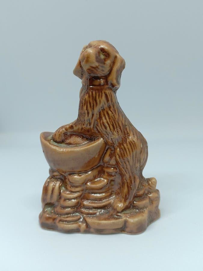 cane marrone ceramico del bassotto tedesco messo su fondo bianco fotografia stock libera da diritti
