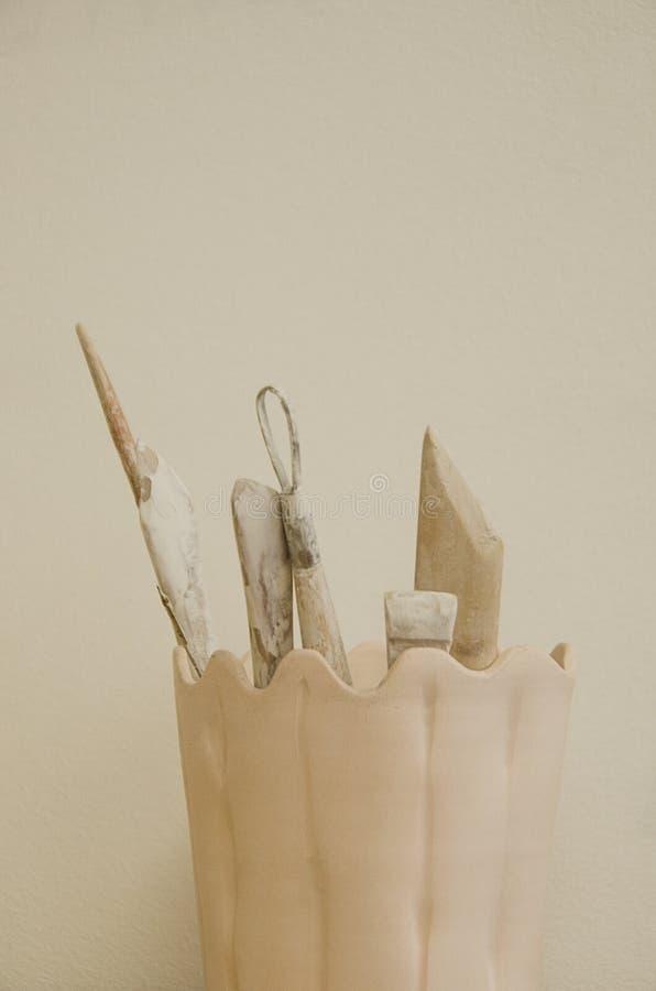 A caneca cerâmica da ferramenta do oleiro é feita na roda de oleiro dentro a oficina imagens de stock royalty free