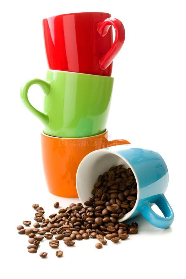 Caneca colorida com feijões de café imagens de stock royalty free