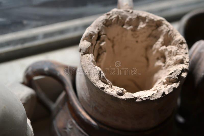 Caneca com argila secada foto de stock