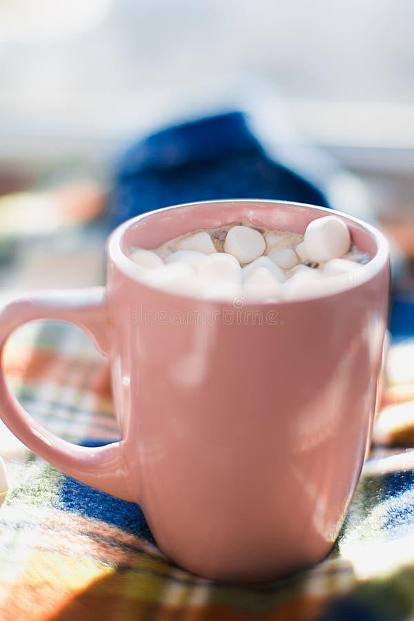 Caneca com marshmallows fotos de stock