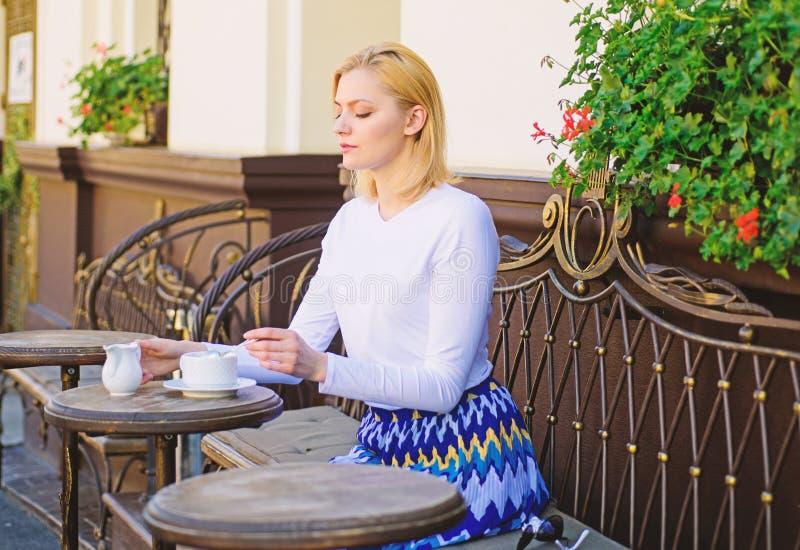 A caneca de bom chá com leite na manhã dá-me a carga de energia Chá tradicional com leite A cara calma elegante da mulher tem foto de stock royalty free