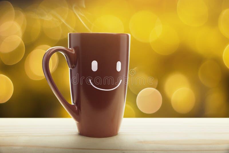 Caneca de Brown de café com um sorriso feliz fotos de stock