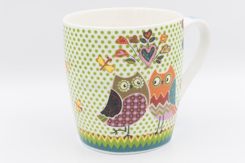 Caneca de café com as corujas do reboque no lado imagem de stock