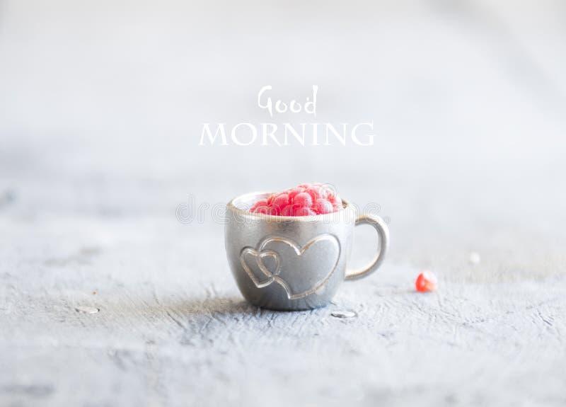 Caneca de café com framboesas e notas bom dia, café da manhã no dia de mães ou mulheres fotografia de stock royalty free