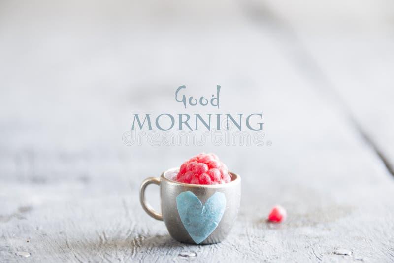 Caneca de café com framboesas e notas bom dia, café da manhã no dia de mães ou mulheres foto de stock