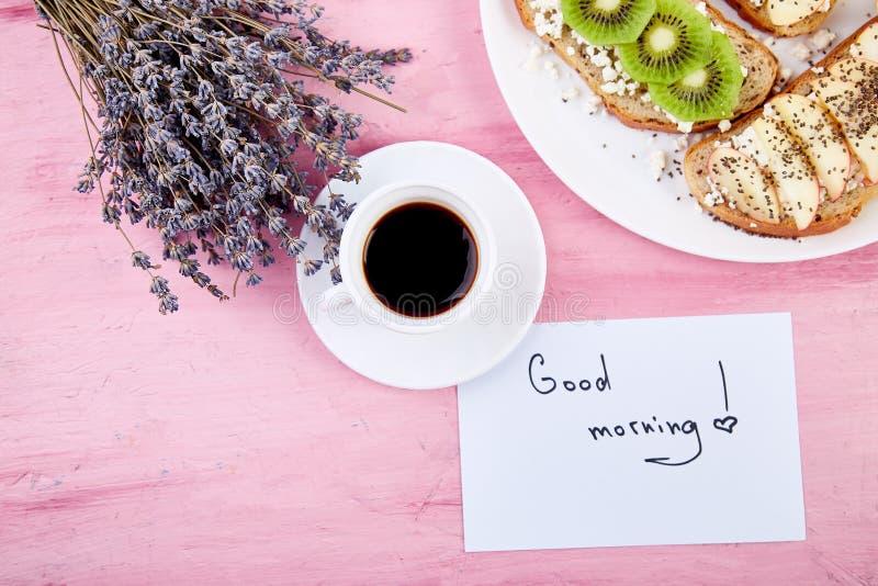 Caneca de café com o ramalhete das flores alfazema e do bom dia das notas imagem de stock royalty free
