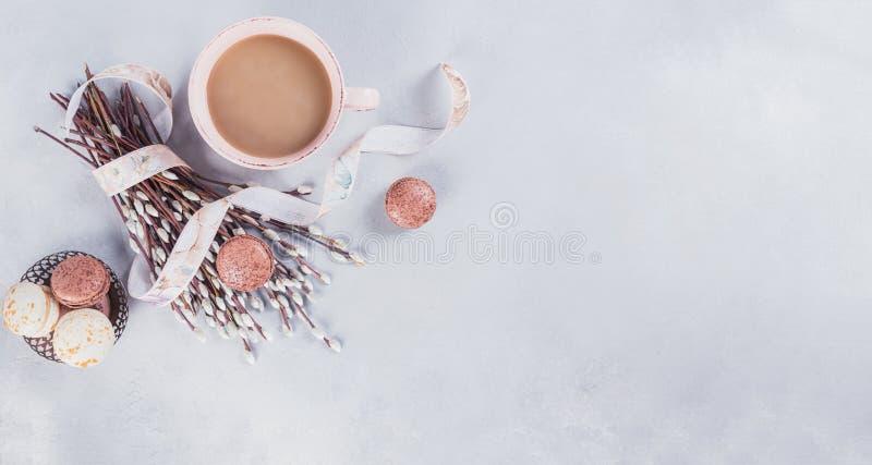 A caneca de café cor-de-rosa com os bolinhos de amêndoa e o bichano franceses pasteis doces vai faz4e-lo imagens de stock royalty free