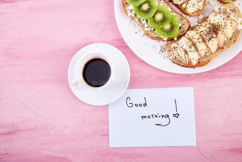 Caneca de café e brindes e bom dia saudáveis das notas foto de stock royalty free