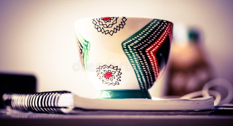 Caneca de café elegante em uma ruptura ou em um café da manhã preto da exibição da tabela no escritório foto de stock