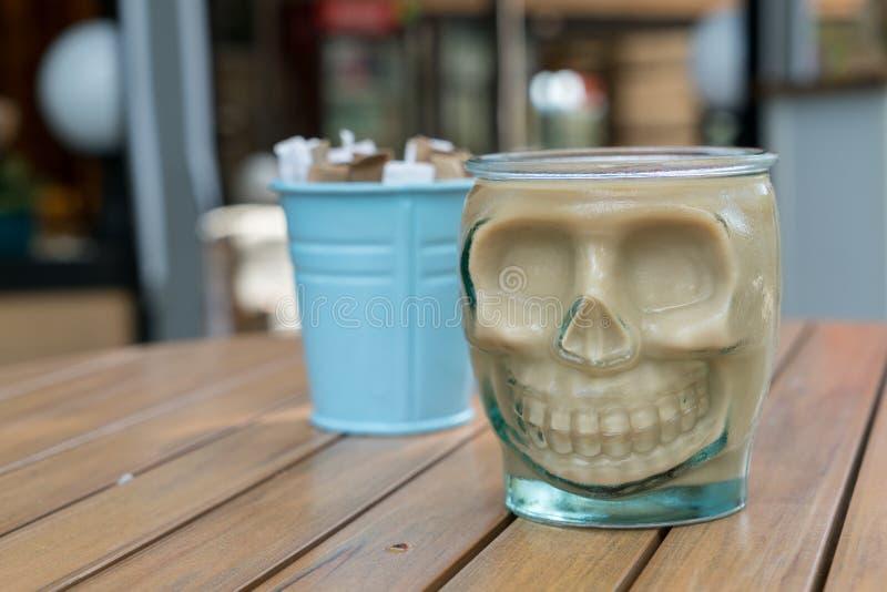 Caneca de café engraçada de esqueleto no tempo de manhã da tabela para relaxar imagem de stock