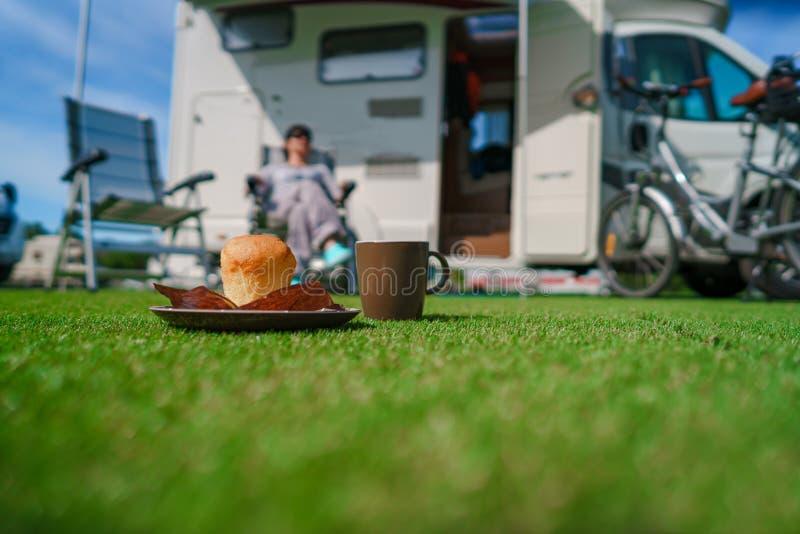 Caneca de café na grama Curso das férias em família, viagem do feriado no mot fotos de stock