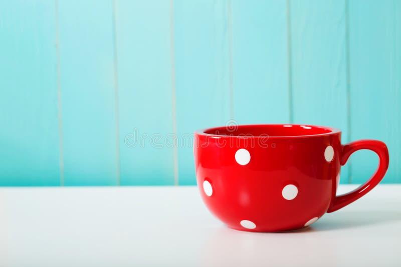 Caneca de café vermelha do às bolinhas imagem de stock royalty free