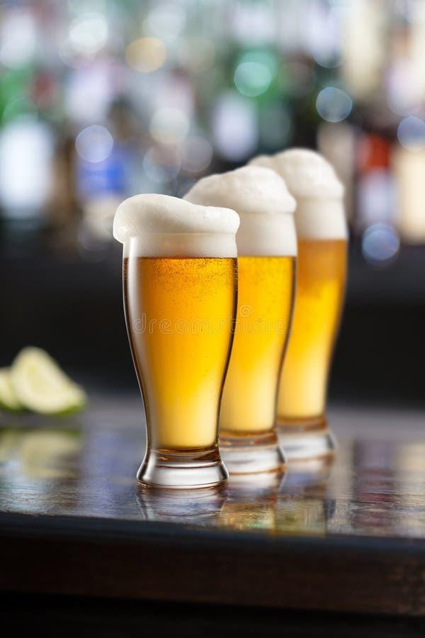 Caneca de cerveja da luz fria em um bar imagens de stock royalty free