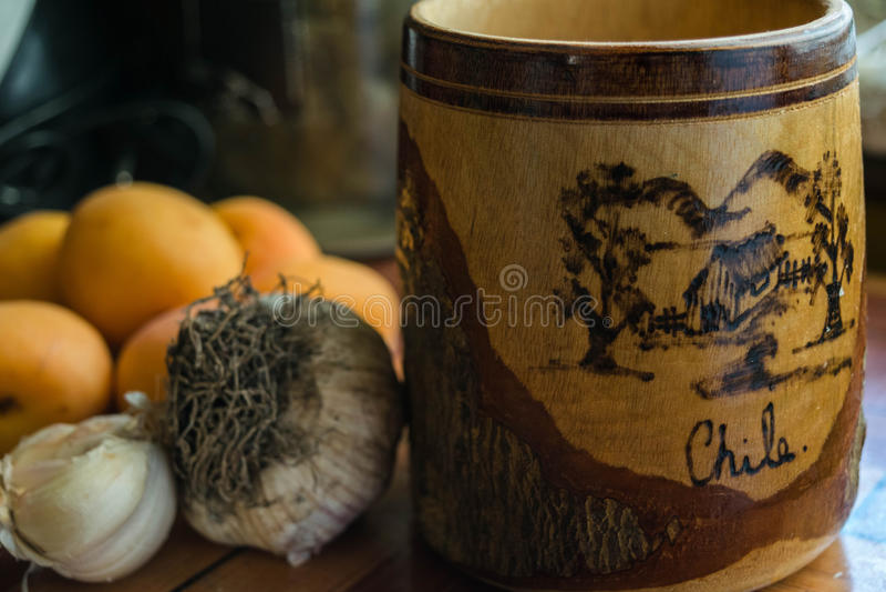 Caneca de cerveja de madeira velha com palavras e tração do Chile foto de stock