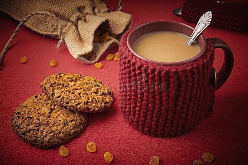 Caneca de lã feita malha com cookies imagem de stock